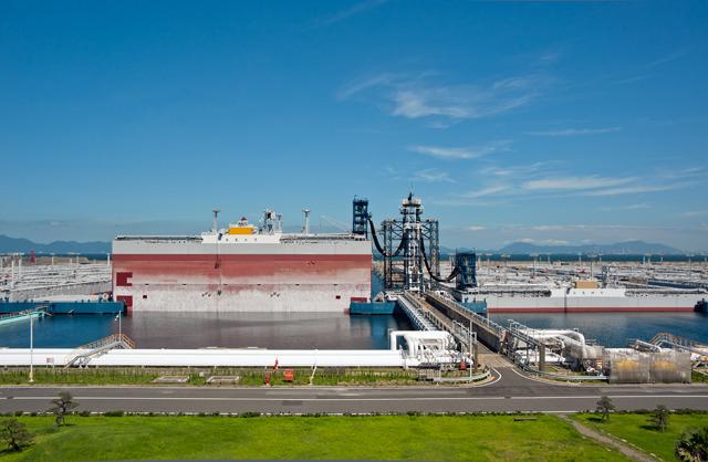 長さ397m、高さ25.4mの巨大な箱が海に浮かんでいます。8つも。