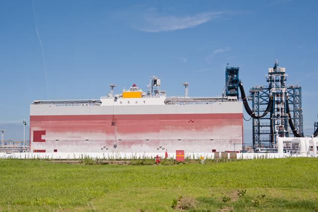 地面から見上げると、こんな。一隻だけ浮いているタイミングで訪れることができたのは運がよかった。写真ではぜんぜん迫力が伝わらないが、見ためは「ビル」だ。幅82m。すげー!(大きな画像はこちら</a>)
