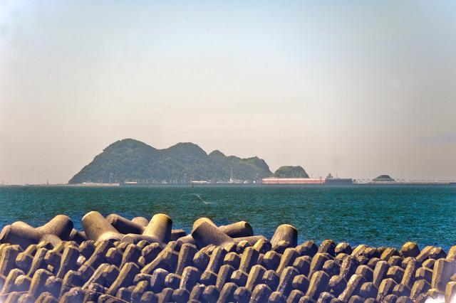 これが港から見た基地のある島。