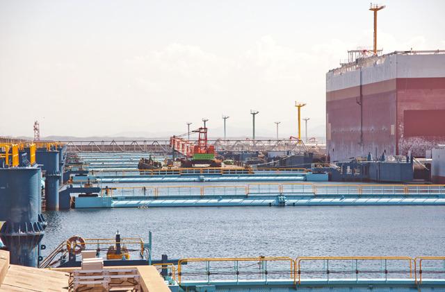 「防油堤」の列。これは浮いていて、潮の満ち引きに追従できるようになっている。