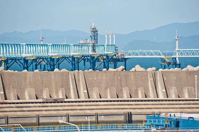 ずっと防波堤の外に延びていっている「配管橋」。その先がシーバース。
