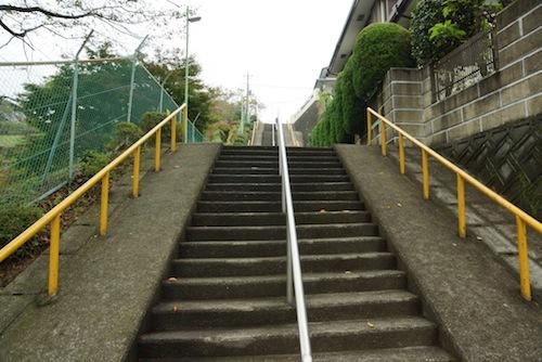 ついでですが、すぐ横の階段もいい階段です。
