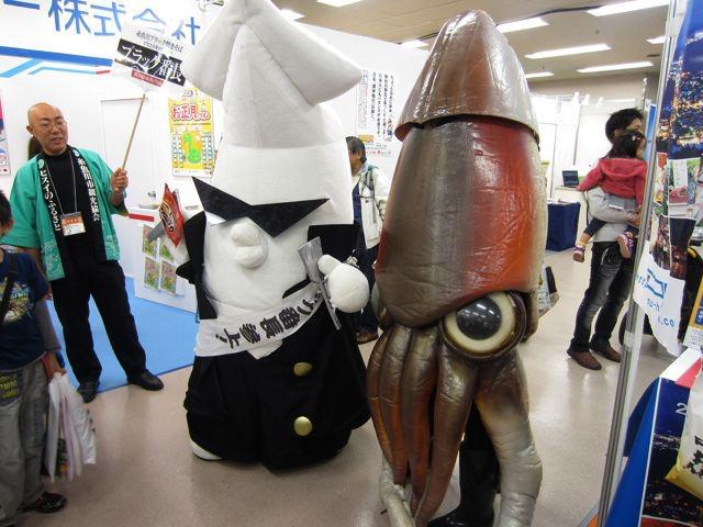 イカキャラ2体。新潟のブラック番長と、函館のイカール星人。イカール星人の、「特撮的質感」は、ゆるキャラとしては珍しいかもしれません。