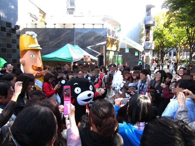 椎名林檎さんの『無罪モラトリアム』のジャケットみたいな状況。異常人気。