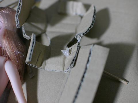 足と胴体は竹串を通して、ホットボンドで留める。これで関節になる。