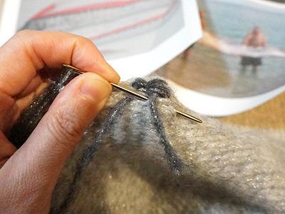同シリーズの黒目の毛糸で、ものすごく適当に刺繍していく。