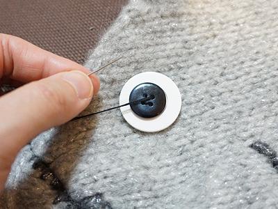 目は白と藍色のボタンを重ねて。