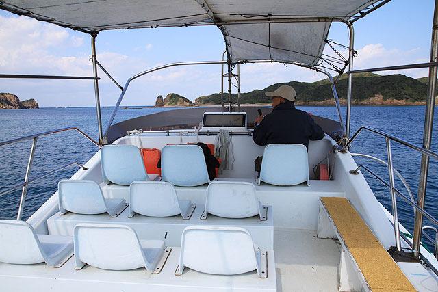 まずは島のまわりを一周し、船からの眺めを楽しむ。