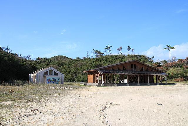 海の家とトイレがある。夏場は賑やかなんだろうなぁ。むろん、今は誰もいない。