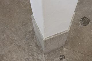 変則した五角形の柱が特徴的