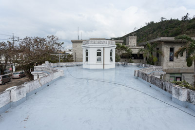 広い屋上。防水処理が劣化して雨漏りするそうだ