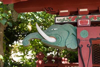 象やうさぎの彫刻が。日本というよりアジアの寺院っぽい装飾。