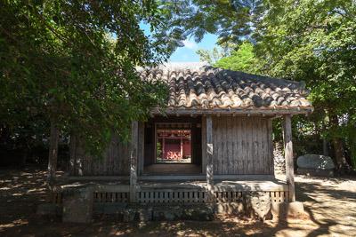 拝殿。手前にある拝殿は台風の被害で老朽化が激しい。