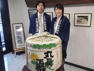 五代目にあたる副社長の小山周さんと、常務取締役できき酒師でもある小山久理さん。