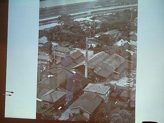 昔の蔵を上から撮影した写真。上に写るのは荒川の土手。