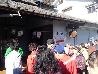 蔵開きで数か所ある試飲コーナーには行列が出来る。