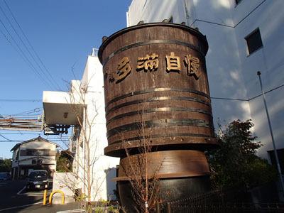 広い通りから少し入った住宅街に突然あらわれる酒樽。
