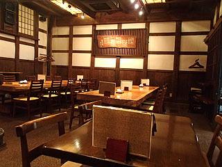 蕎麦居酒屋店内。蔵出しの日本酒が蕎麦とともに味わえます。