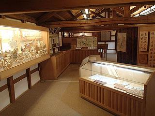資料館内。酒作りの道具や歴史資料が展示されています。