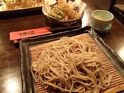 蕎麦と日本酒。近くの多摩川の緑地で遊んだ後に立ち寄って食事して帰るのもいい。