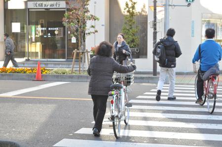 自転車の横に立ってたからおばちゃん乗りするかと期待してたら、そのまま歩いてどこかへ行った。乗らないの!?