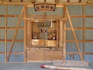 小屋の中には神殿が