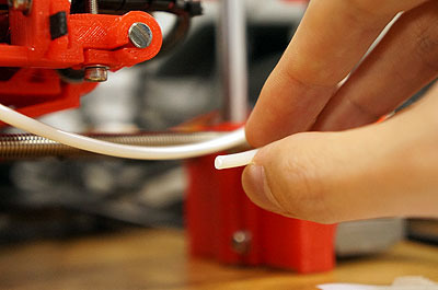 素材はこれ。この樹脂を溶かして平面を成形し、それを積み重ねていくことで立体物を作る。