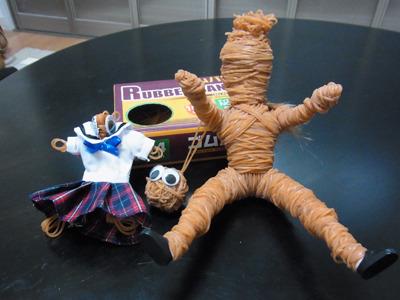 3号「輪ゴム人間」できた。頭がパイナップルになってしまった(市販の人形に輪ゴムを巻き付けた)