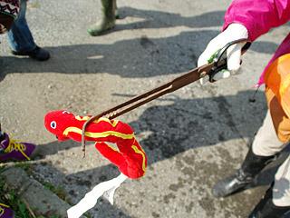 ヘビ狩りのプロである浅見さんは、ギザギザした専用のヘビハサミを使用。ヘビのおもちゃはIKEAで買ってきた。