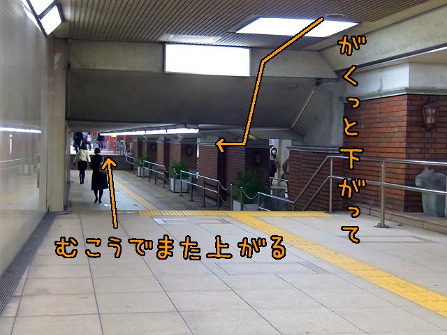 東銀座駅と銀座駅をつなぐ地下道が、この三原橋地下街を避けるようになっているのもおもしろい。
