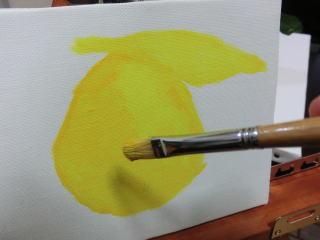 最初は黄色で大雑把にフォルムを描く