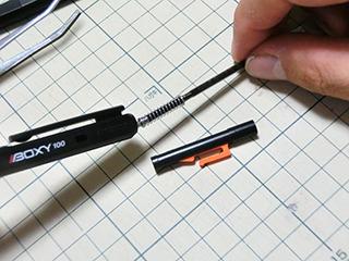 レフィル(ボールペンの芯)を抜くと先にバネが付いてるので…