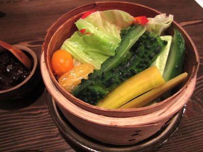 突き出しが、沖縄直送野菜の蒸し野菜! あぶらみそなどを付けていただきます。