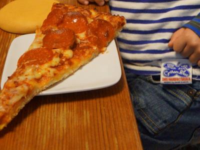 撮った写真を見ていたら、ピザの1ピースが取り皿から笑えるほどはみだしていた