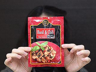 友人のお勧め。カルディで買ったというお勧めの調味料。鶏肉のバジル炒めが美味いそうな。
