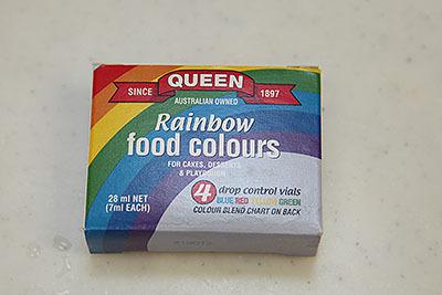 シドニーに住む共通の友達が送ってくれた食用色素。4色の色素が入っていて、紫などは絵の具みたいに混ぜて作る。