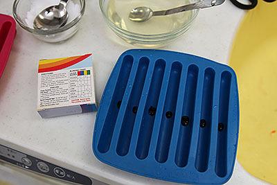 基本の4色+混ぜることで他の色も作れる。箱の裏面には色素のレシピが載っている。