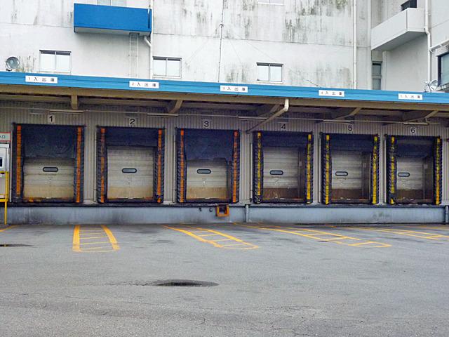 トラックの高さの違いを暖簾の長さで調節している、のだろうか