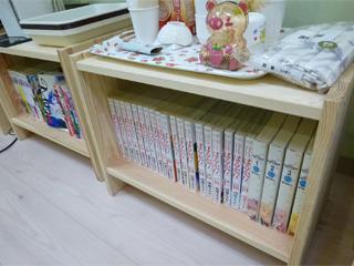 部屋の端の棚には漫画がずらり。