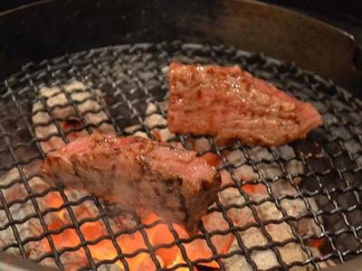 せっかくなので一番高い肉を一つだけ頼んだ。やわらかくてジューシーで今まで食べたこと無い肉でした……