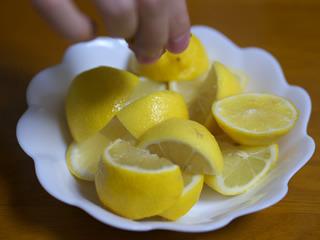 レモンに唐揚げをしぼる