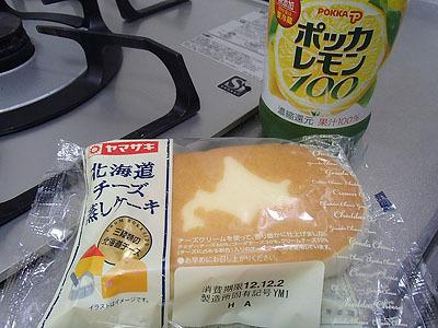 チーズ蒸しパン。冷凍してから食べると意外にうまい。