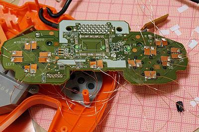 複雑な回路に見えるけど全部セロハンテープで埋めたので、あとから貼った銅板以外はただの板としてしか使ってないです