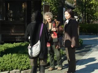 隣の女性は日本人みたいだから声かけやすい