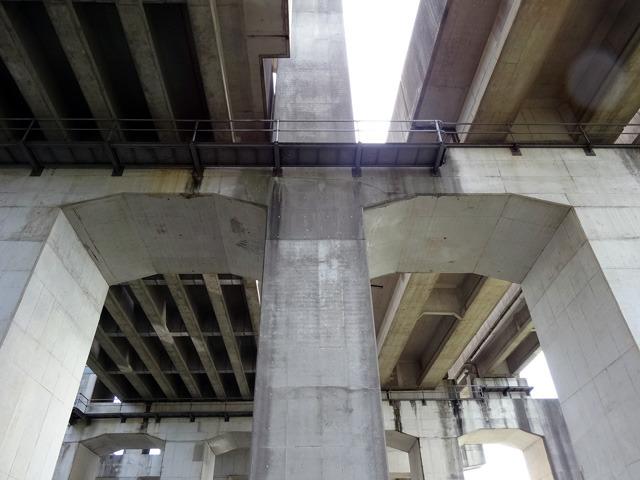 新幹線が分かれる場所を真下から見た景色