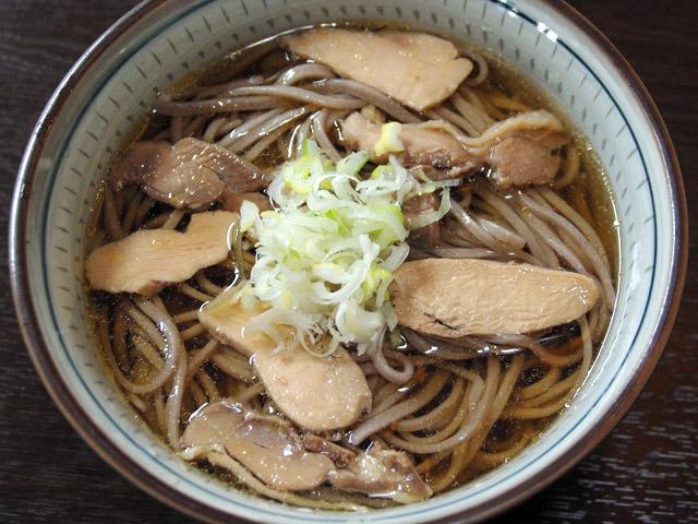 これは麺もスープも冷たい。ガチガチに固い親鳥がうまいんだ。