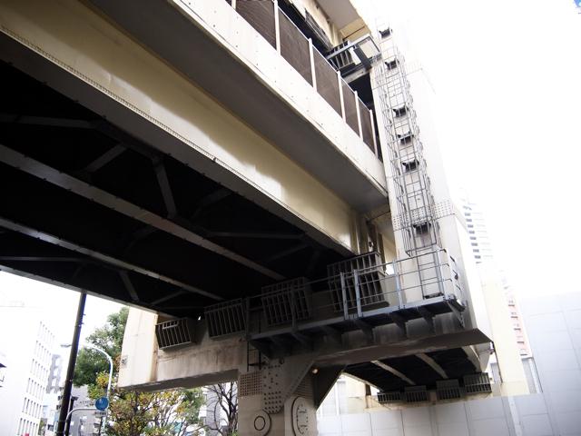 2階建ての栓抜き型橋脚が頭でっかちでごつかわいい。