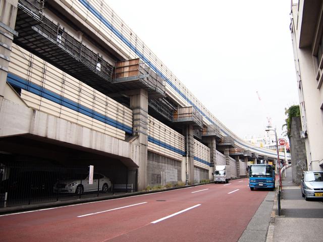 アマンドの交差点のある六本木通りの上を走るのは3号渋谷線。環状線はその1本裏手の渋いほうにある。すごい坂道をのぼったりくだったり。