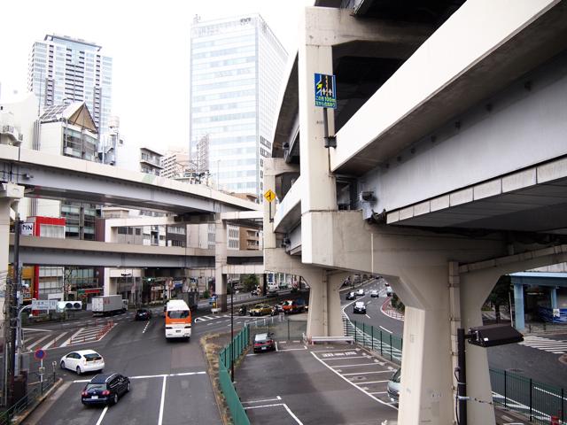 昼休憩を挟んで13:20、3号渋谷線との合流部、谷町ジャンクションに到着。ここにはいい感じの歩道橋があって、首都高をいろんな角度からフォトジェニックに撮り放題である。ここの栓抜き型は首部分がきゅっとしててオシャレ。