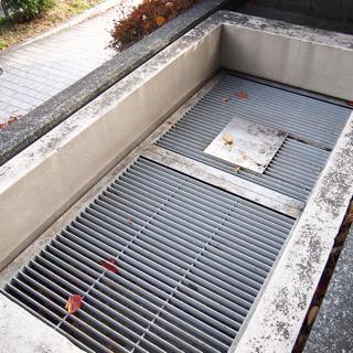 上からのぞいてもよくわからないが、中からこのシャッターをがらがら開けて出るそうだ。